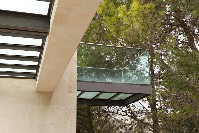 Scala in ferro e vetro con passerella sospesa
