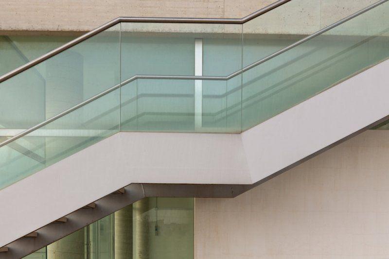 Scala esterna in acciaio e vetro