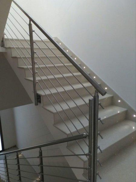 Ringhiera moderna in acciaio inox satinato per interni - Ringhiere da interno moderne ...